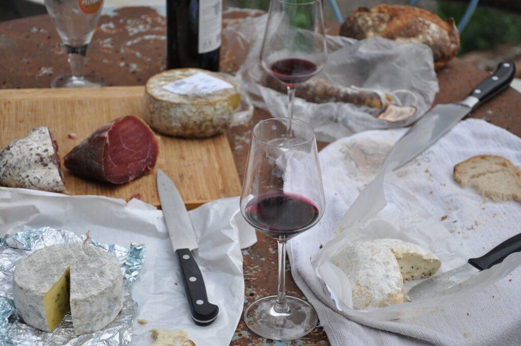 piknik, prolećni piknik, korpa, hrana, ćebe, piće
